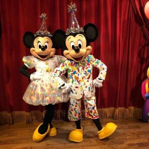 Mickey e Minnie mouse com roupa de aniversário no Magic Kingdom - Filosofia Disney no Instagram por Disneyria