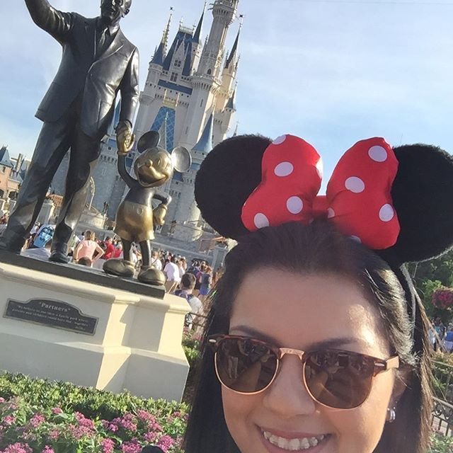 Larissa de orelhas do Mickey no Magic Kingdom com a Estátua do Walt com o Mickey e o Castelo da Cinderela - Filosofia Disney no Instagram por Disneyria