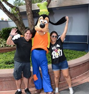 Michel Goofy Pateta E Larissa Do Disneyria Foto Com Personagem Filosofia Disney No Instagram