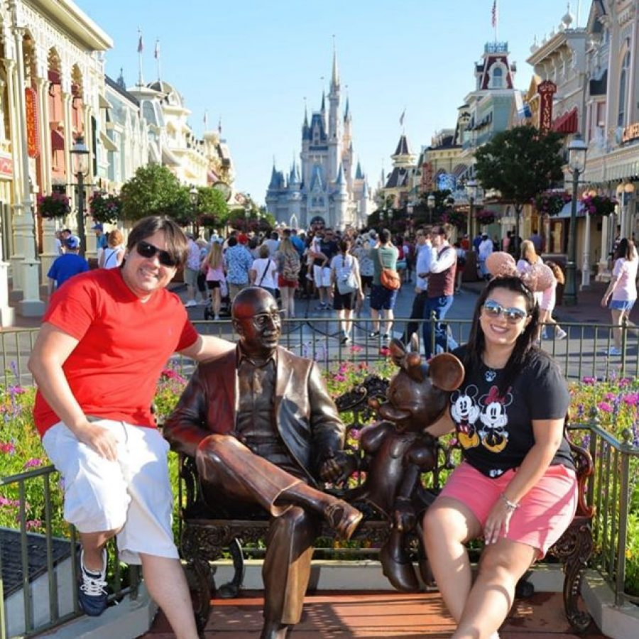 Disneyria Michel E Larissa No Magic Kingdom Com A Estátua Do Walt Disney Filosofia Disney No Instagram Por Disneyria